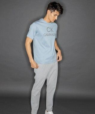 CK CALVIN KLEIN MEN 【新田真剣佑さん着用】リフレクトシグネチャーロゴ Tシャツ スカイブルー系
