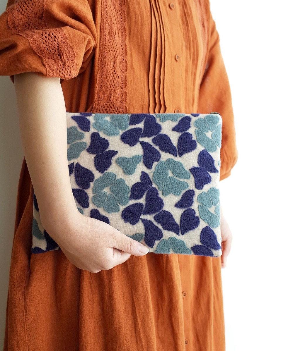 AND WOOL 庭椿刺繍生地のポーチ(L) ブルー